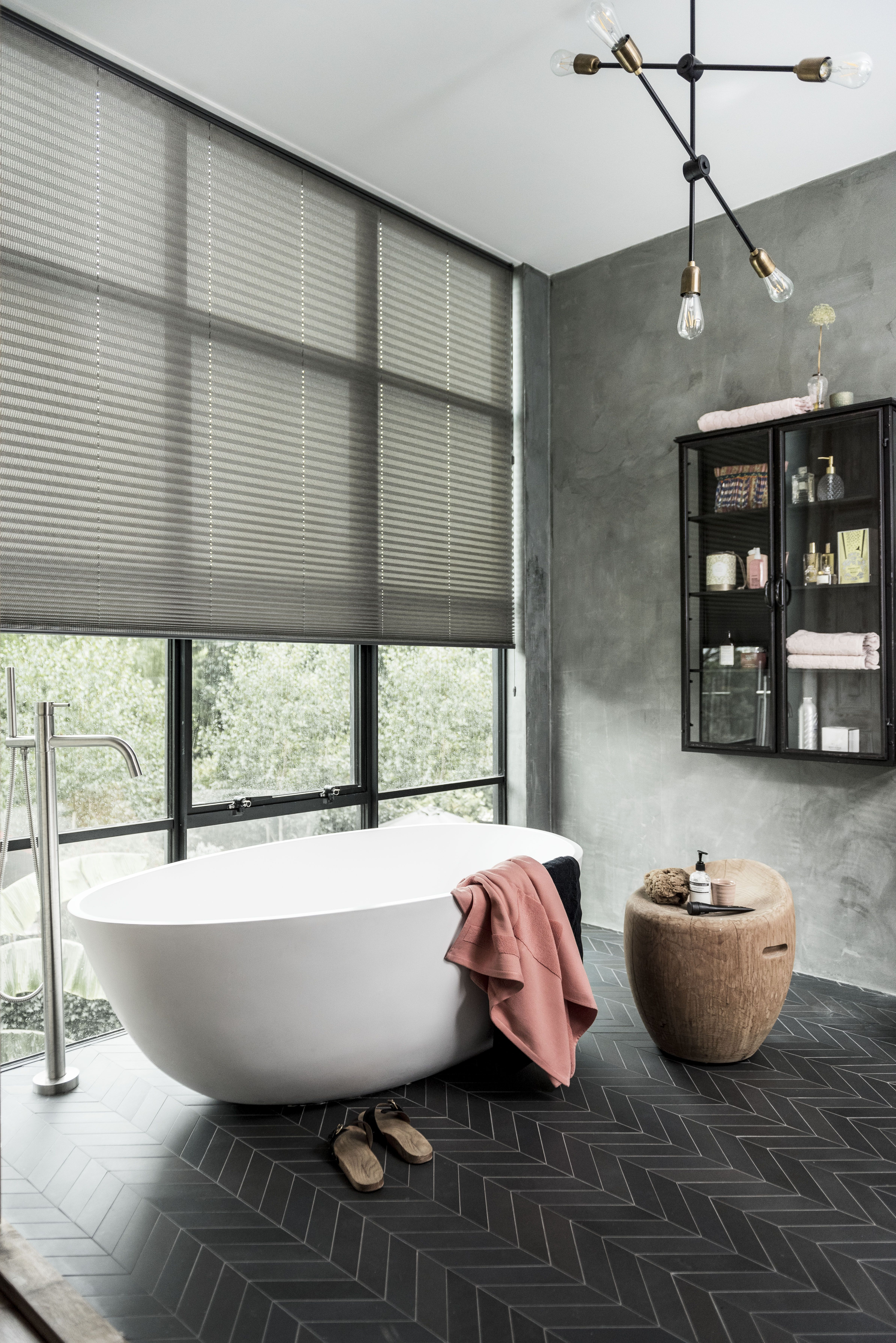Combineer de vloer met de raamdecoratie. #visgraatmotief #badkamer ...