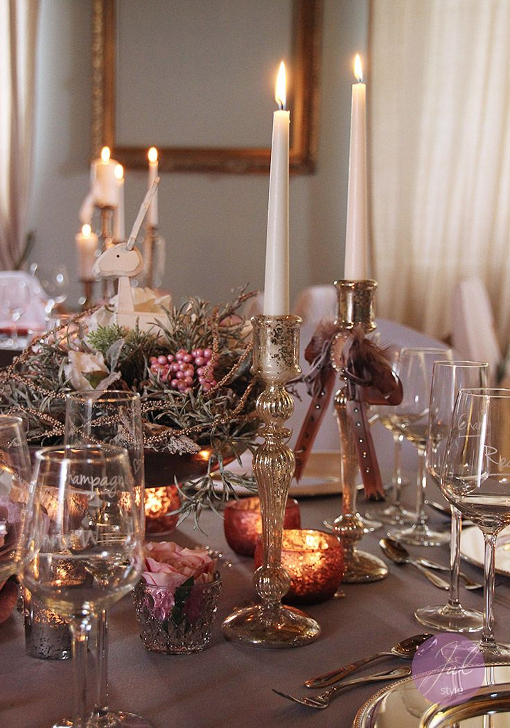 Weihnachtsdeko mit floristik und festlichen kerzenst ndern for Tischdekoration weihnachten dekoration
