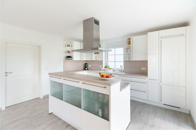 Moderne Kuche Offen Mit Kucheninsel In Weiss Holz Kuchen Ideen