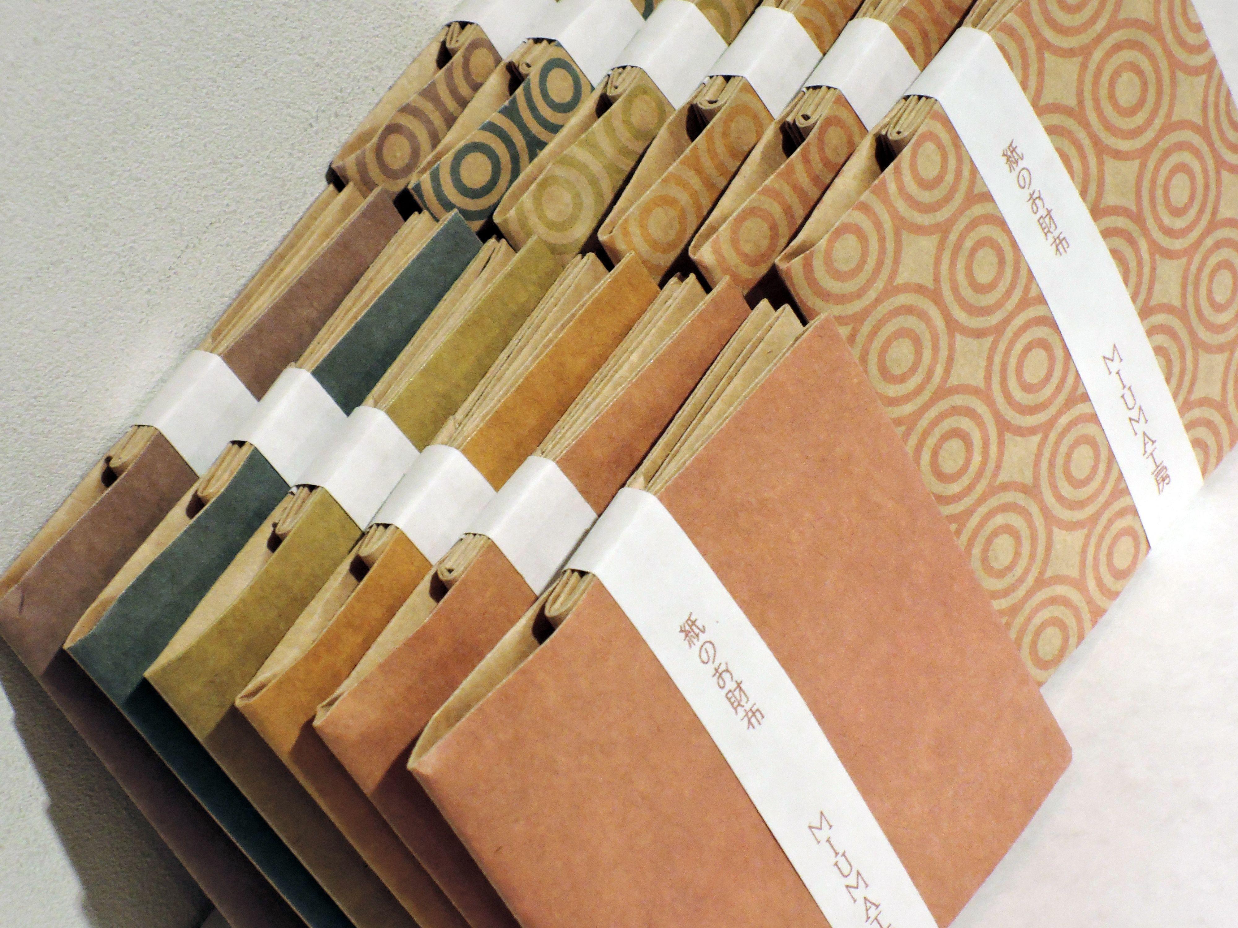 クラフト紙ベースだソフトな゠ラーだスクエアな紙財布です。 紙財布