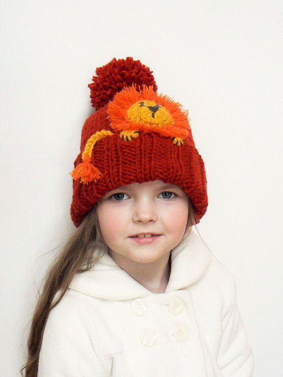 898b9978825 Tejer gorro con León apliques en frente. Lindo accesorio para niños y niñas  para alegrar