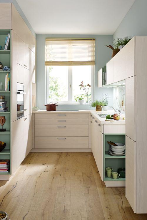 Die natürliche Küche mit offenen Regalen entfaltet auch auf kleiner ...