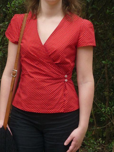 Je vous présente aujourd'hui un chemisier cache-cœur rouge à petits pois blancs.     Tout me plait dans ce chemisier: la coupe, les fron...