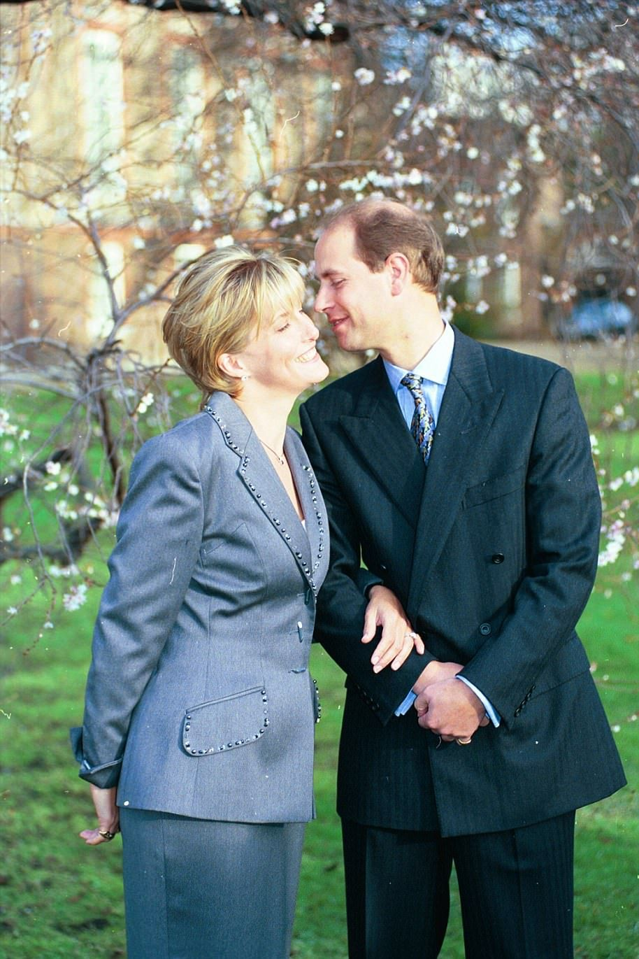 The difference between Harry and William\'s engagement photos ...