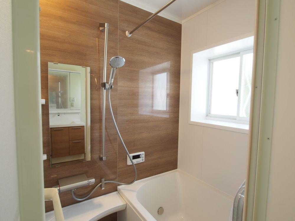 Lixilのユニットバス アライズ1216サイズ アクセントパネルはチェリー柄 リクシル お風呂 アライズ 浴室 パネル