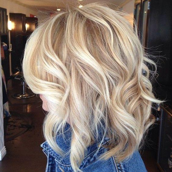 Blonde Mittellange Haare Wo Die Leute Sich Auf Der Strasse Nach