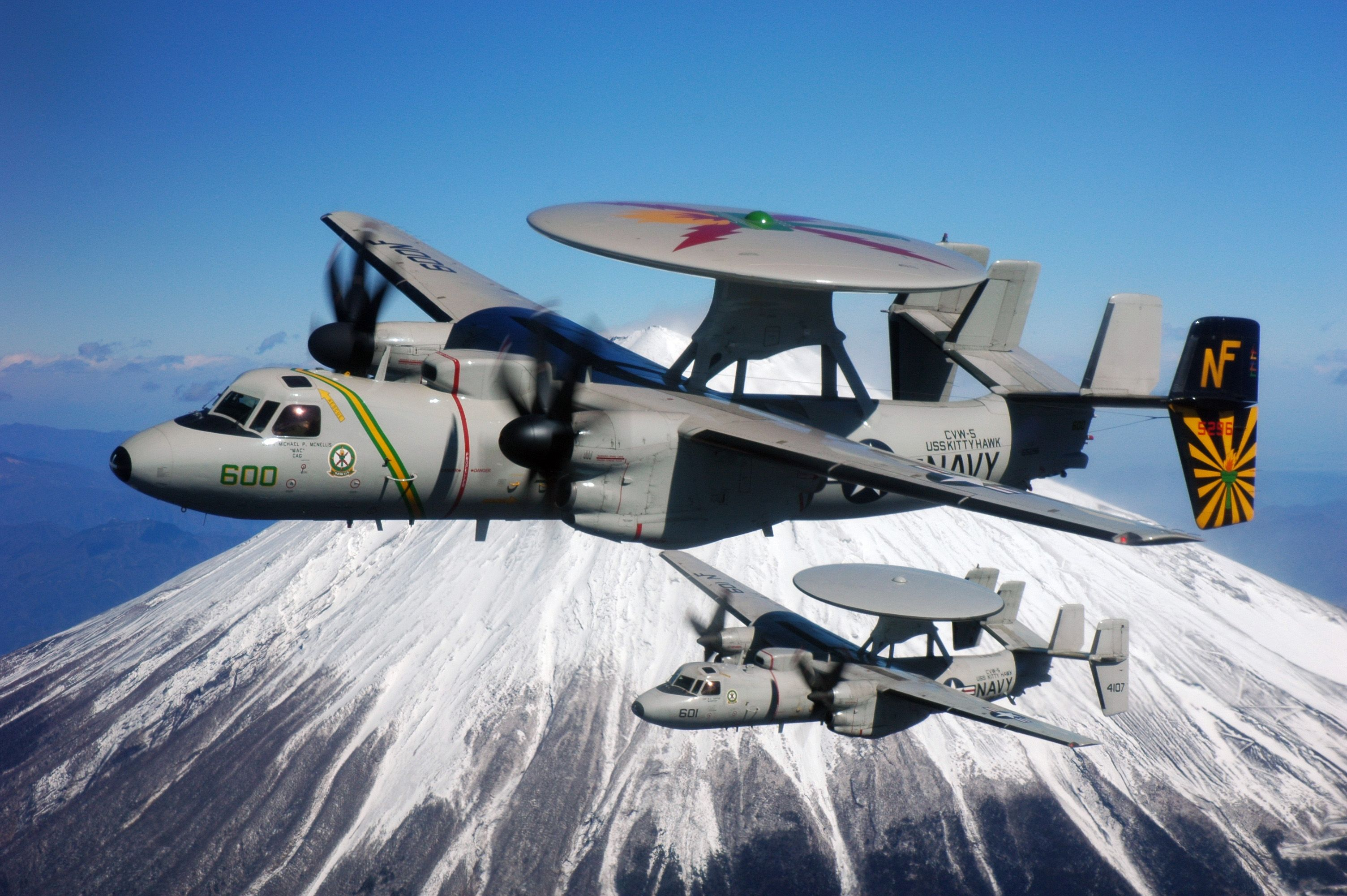 2 Us Navy E 2c Hawkeye Grumman Flying By Mount Fuji Japan The Grumman E 2 Hawkeye Is An American All Weather Aircraft Carrier Capable Tactical 軍用機 偵察 プロペラ機