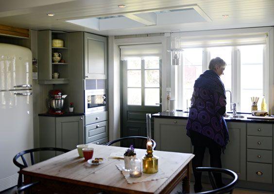 LANDLIG: Sissel stortrives på kjøkkenet som er blitt modernisert med nennsom hånd. FOTO: Gidske Stark