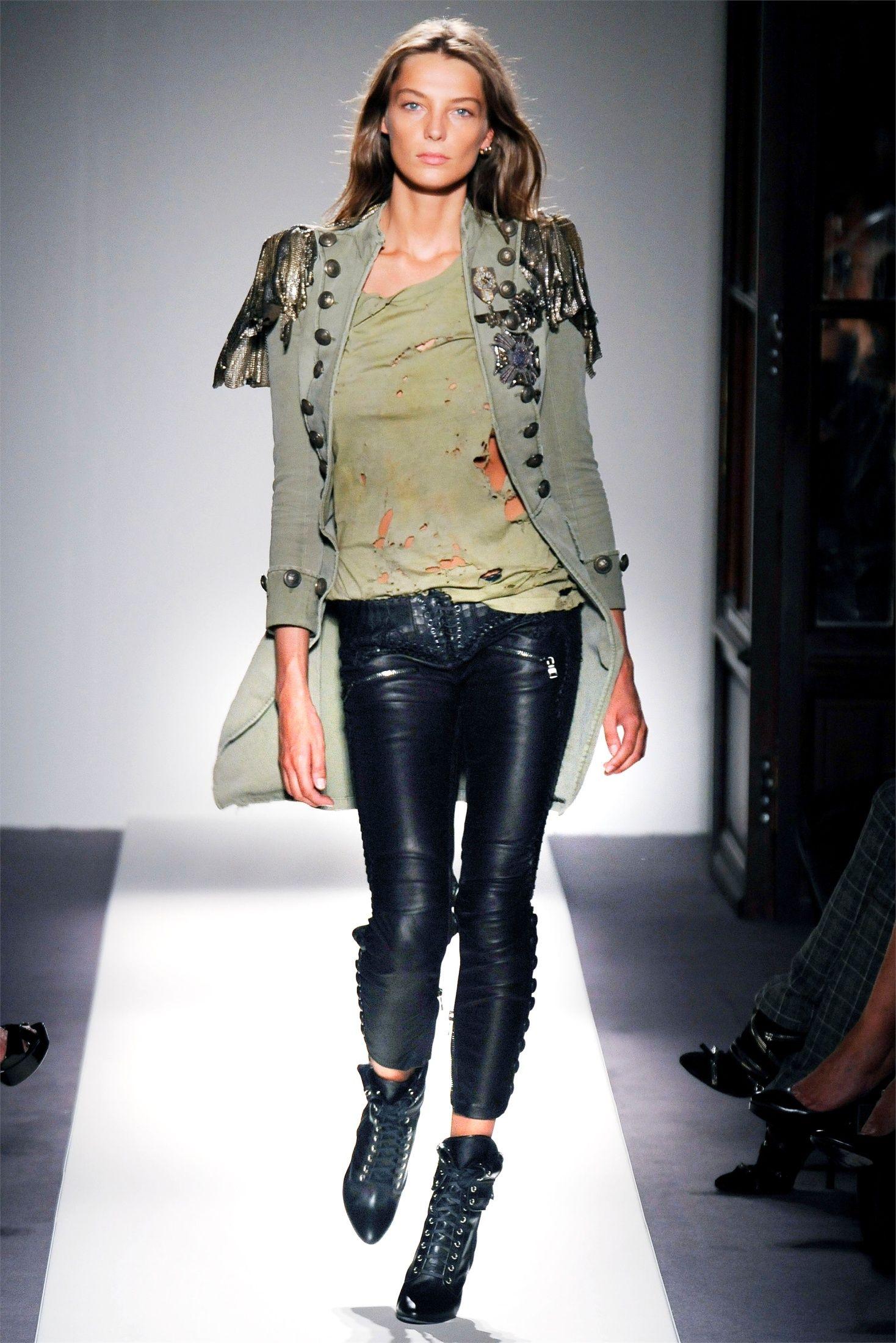Daria Werbowy walking at Balmain #style #fashion #model #runway #army #military