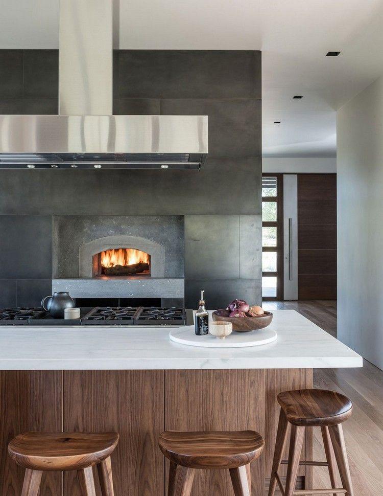 fenêtres bois, cuisine ouverte sur le salon, cheminée intégrée dans