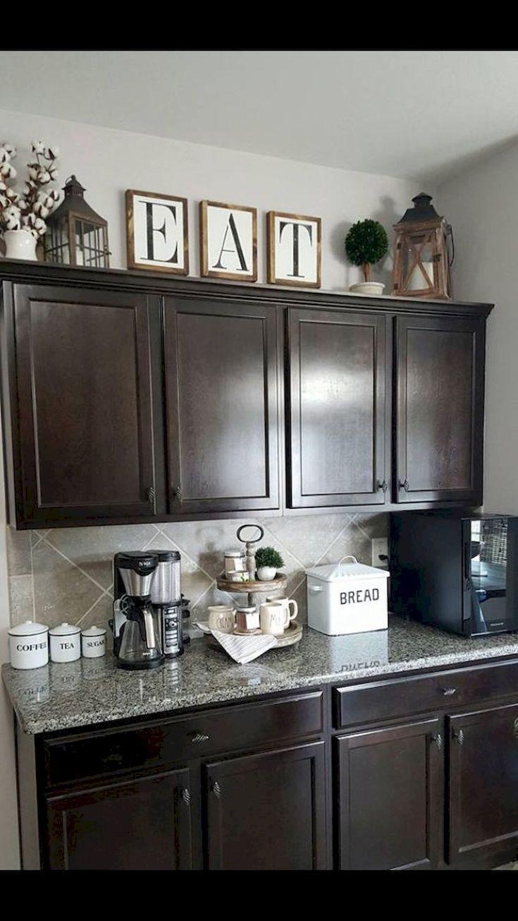 Makeover dina köksskåp för mer förvaring och mer golvyta - Kök Ideer #farmhousekitchendecor Cool Makeover dina köksskåp för mer förvaring och mer golvyta hometoz.com / … #newkitchencabinets