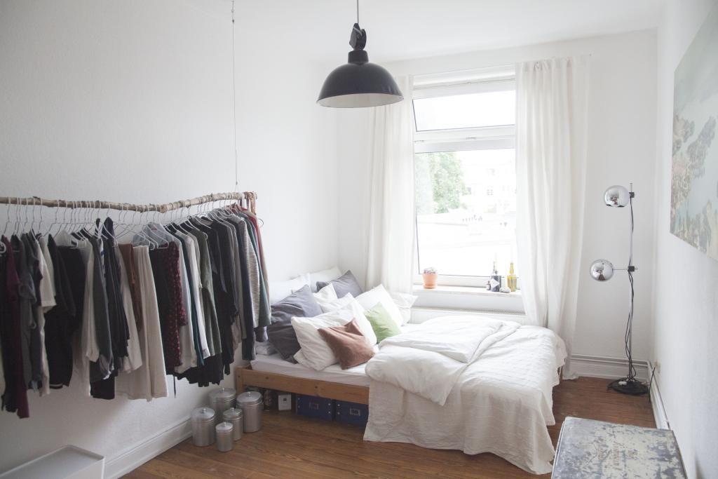 supergem tliches wg zimmer in hamburg eimsb ttel mit garderobenstange und bett mit vielen kissen. Black Bedroom Furniture Sets. Home Design Ideas