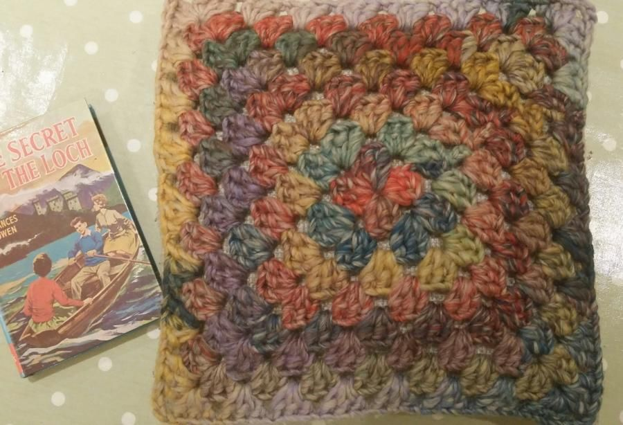 continuous granny cushion - Crochet creation by Jobo | Crafts ...