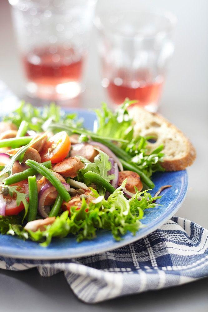 Lämmin makkara-papu-tomaattisalaatti | K-ruoka