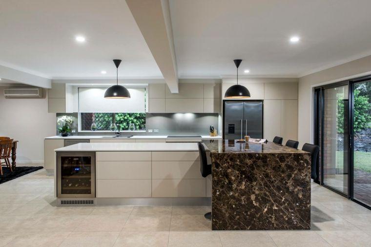 open space ampio e moderno con un arredamento per cucine ...