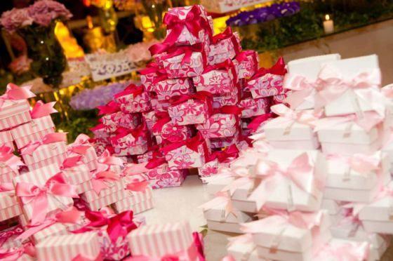 Caixinhas personalizadas com doces finos.