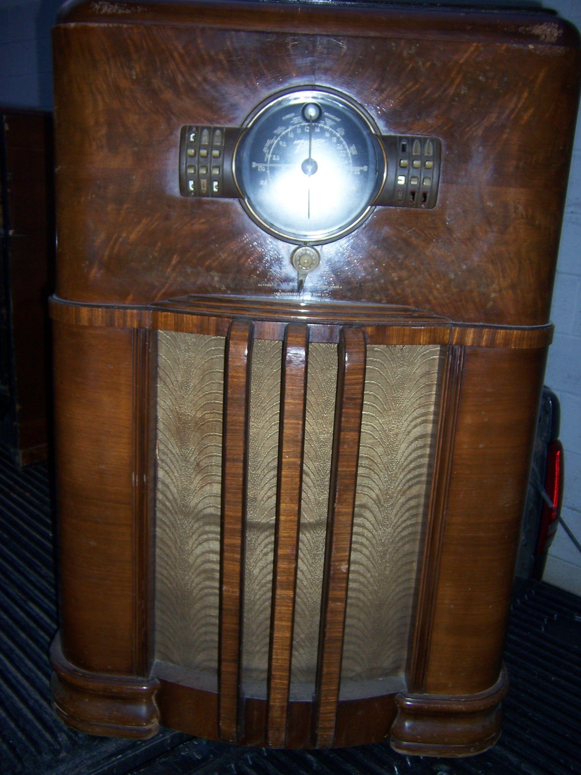 Zenith 8-S-359 console radio for sale 150.00   Antique