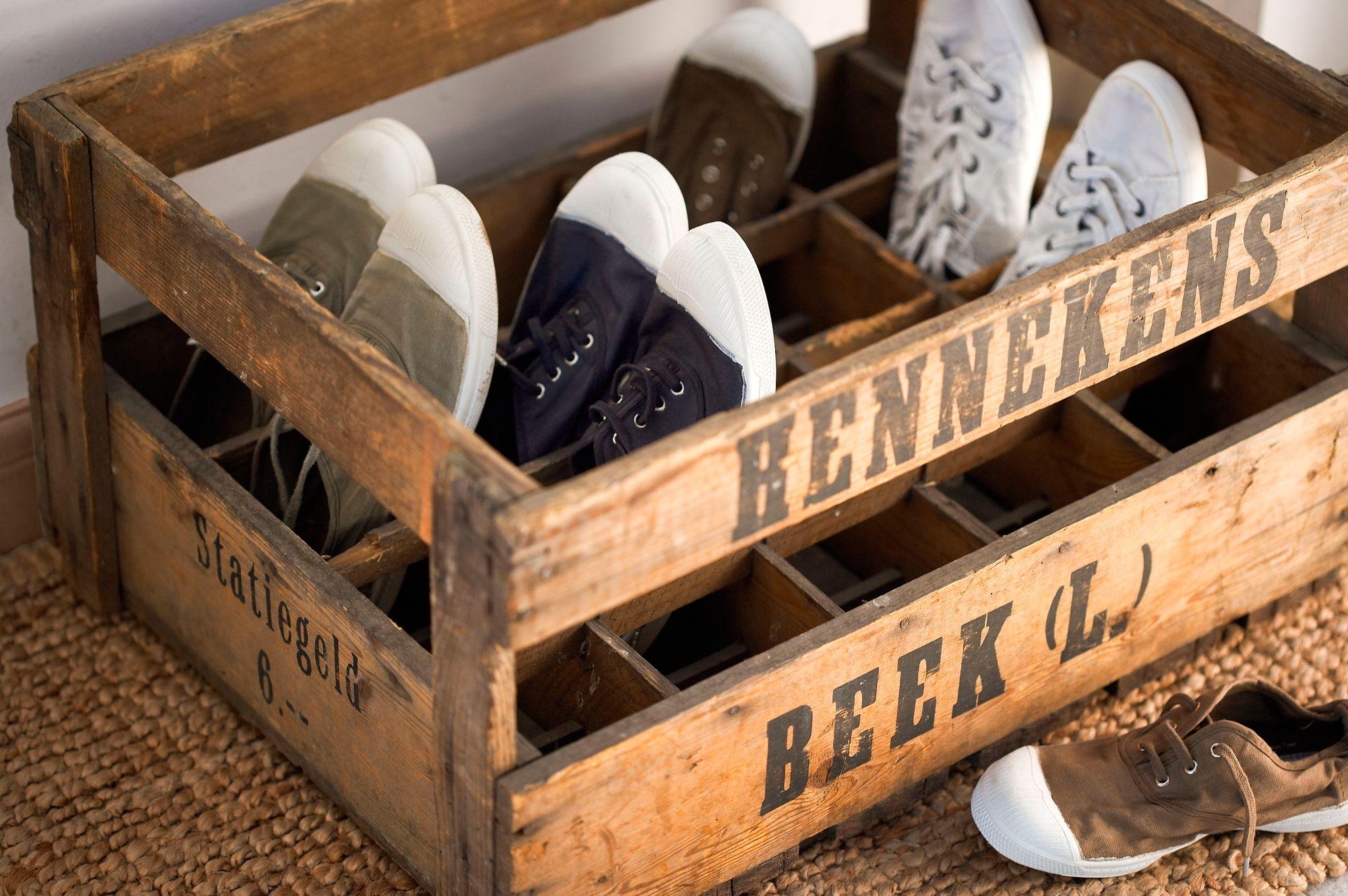 Antigua caja de cervezas transformado en zapatero
