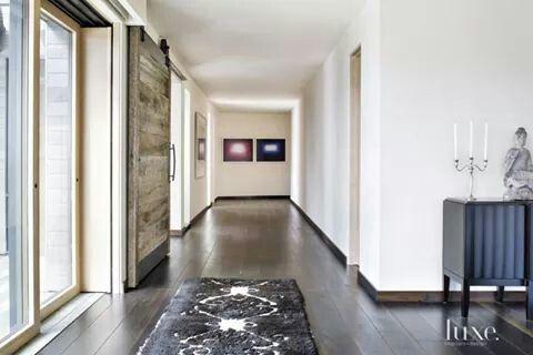 Precioso corredor, luminoso  Maravillosa la puerta corredera y el suelo