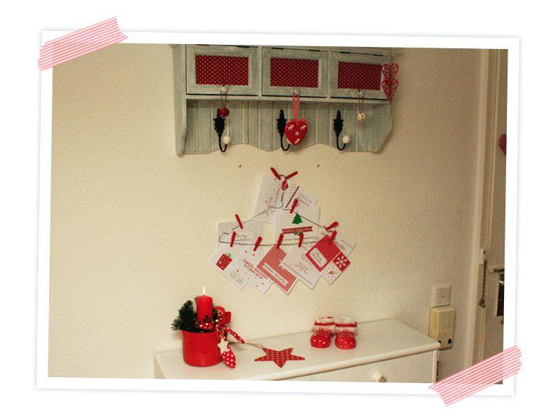 Tolle Upcycling Idee für Selbermacher. Ausrangierter Drahtkleiderbügel als Postkartenhalter, in hübscher Weihnachtsdeko im Flur.