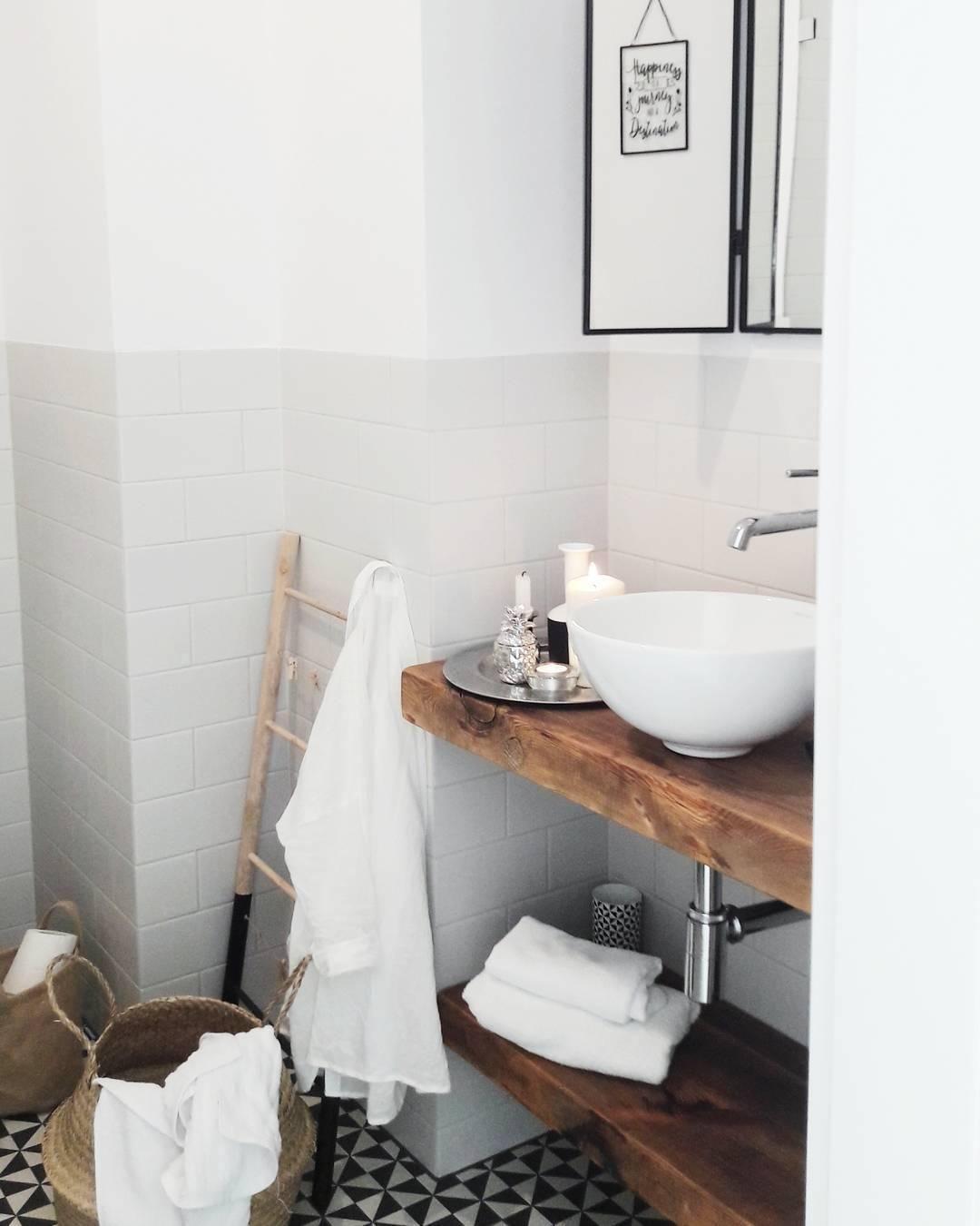 Auch Im Badezimmer Durfen Stylische Wohnaccessoires Nicht Fehlen Hubsch Dekoriert Auf Dem Glanzenden Tablett Frede Bad Inspiration Badezimmer Klein Badezimmer