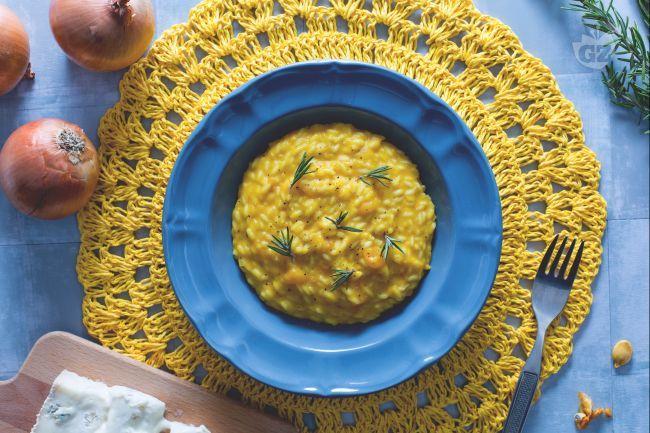Il risotto zucca e gorgonzola è un cremoso primo piatto autunnale in cui la dolcezza della zucca incontra le note piccanti del famoso formaggio!