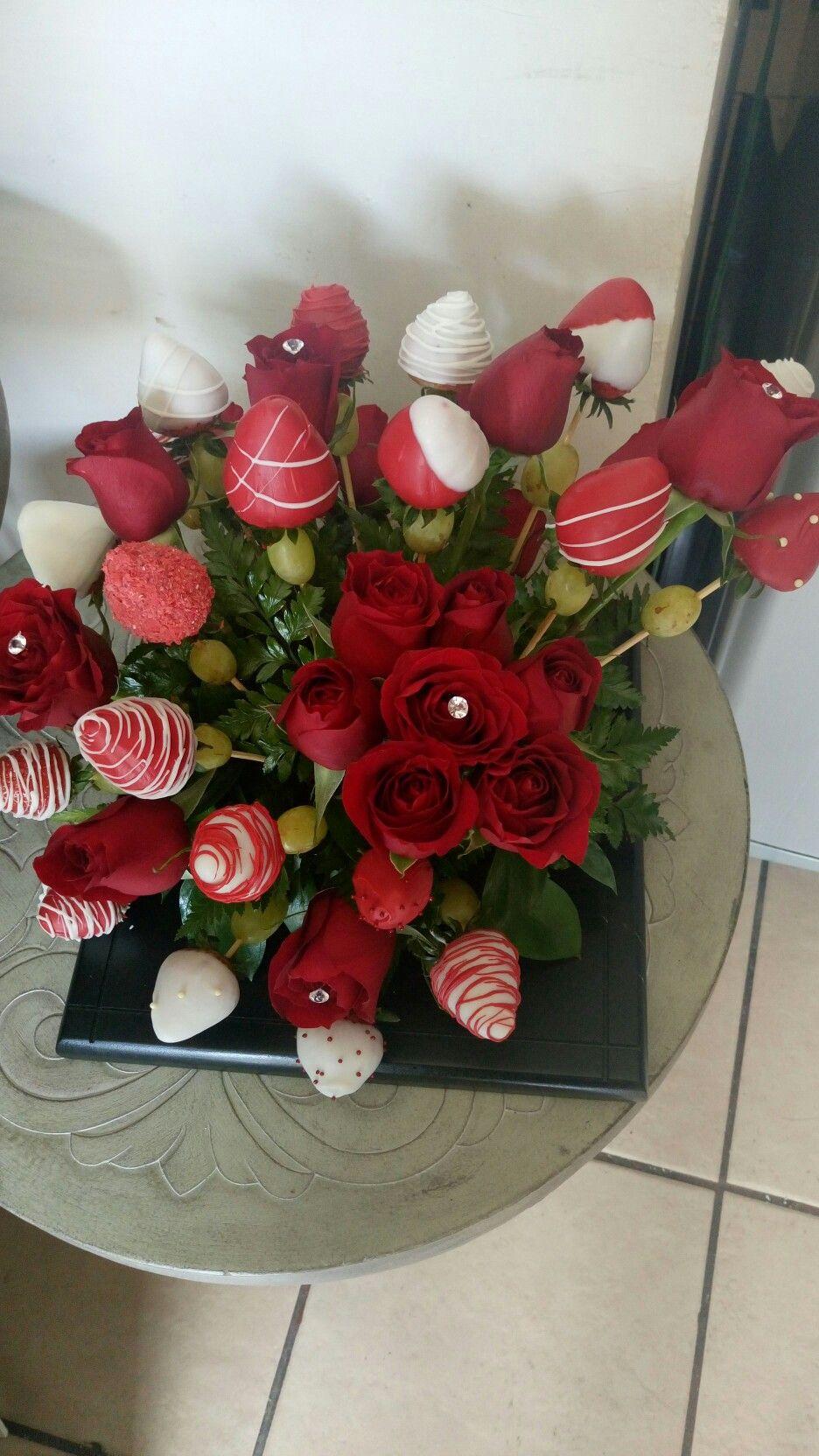 Arreglo de fresas decoradas con chocolate y rosas - Arreglo de flores naturales ...