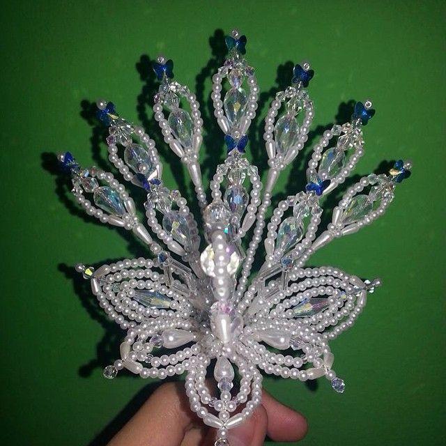 Parte frontal del pavo trabajado en cristales de gotas ...