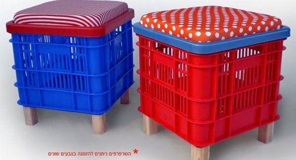 banquetas con canastos para botellas y almohadones reciclados