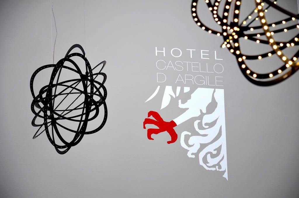 Logo dell Hotel sul muro della hall