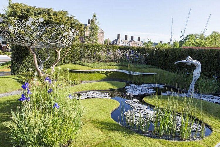 jardin design avec pelouse, fleurs, arbres, sculpture design et