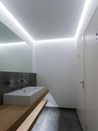 LED verlichting in verlaagd plaftond van de badkamer. Bekijk meer ...