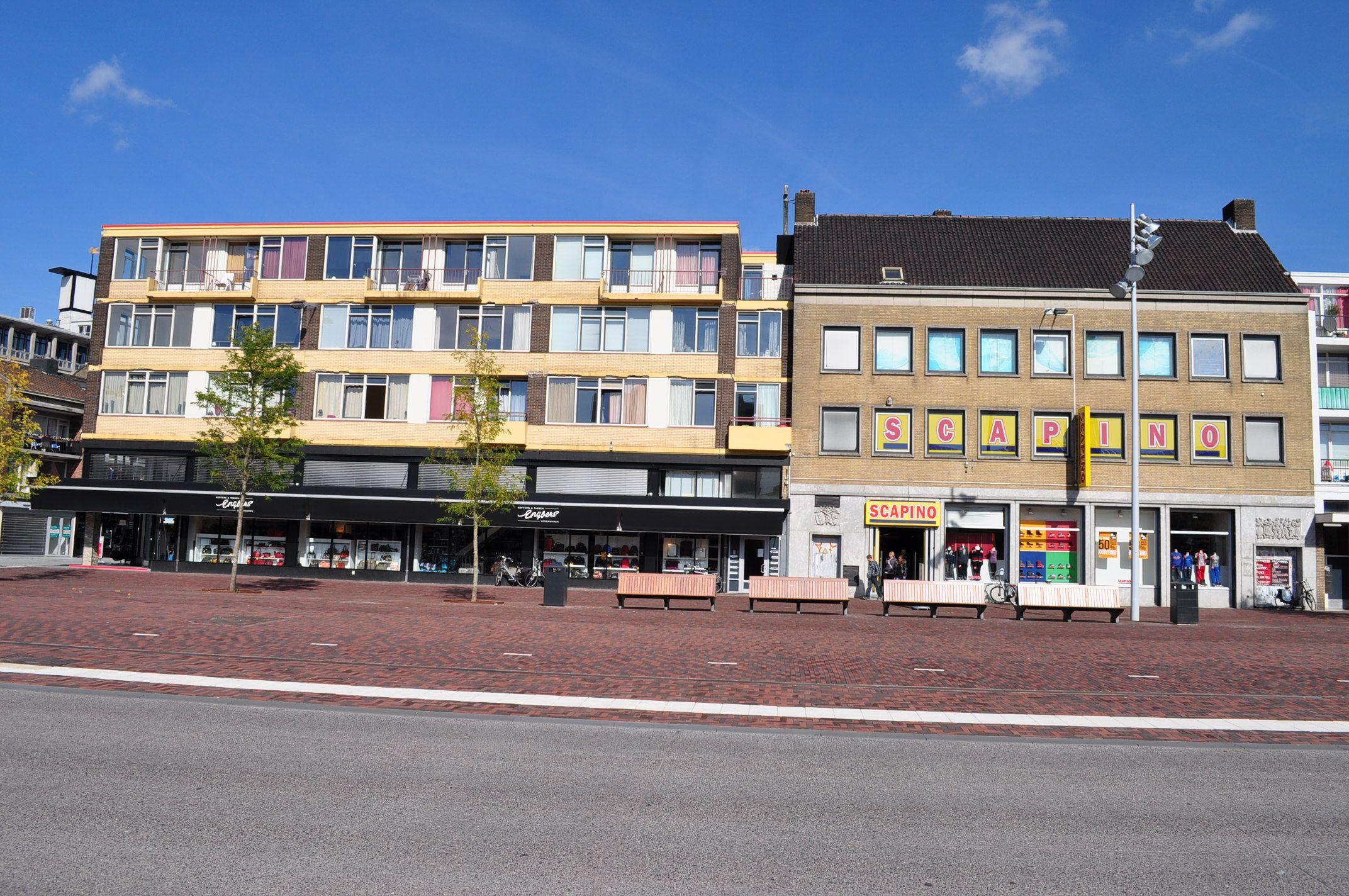Het gerenoveerde stationsplein met op de achtergrond de for Koopzondag hengelo
