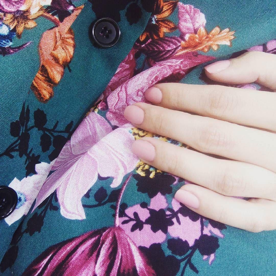 Rose Smoke para finalizar el día y la jornada. El rosa es tono de la temporada  Corre y mira en nuestra tienda online! Tenemos muuuuuchos tonos rosados que seguro que te encantan!  #Repost @parafarmacia.bami  #miais5free #saludybelleza #bellezasaludable #mialovesnails #crueltyfree #esmaltesdeuñas