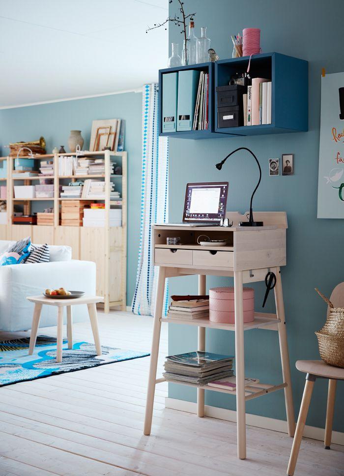 Camera da letto con scrivania bianca, sedia da ufficio bianca e ...
