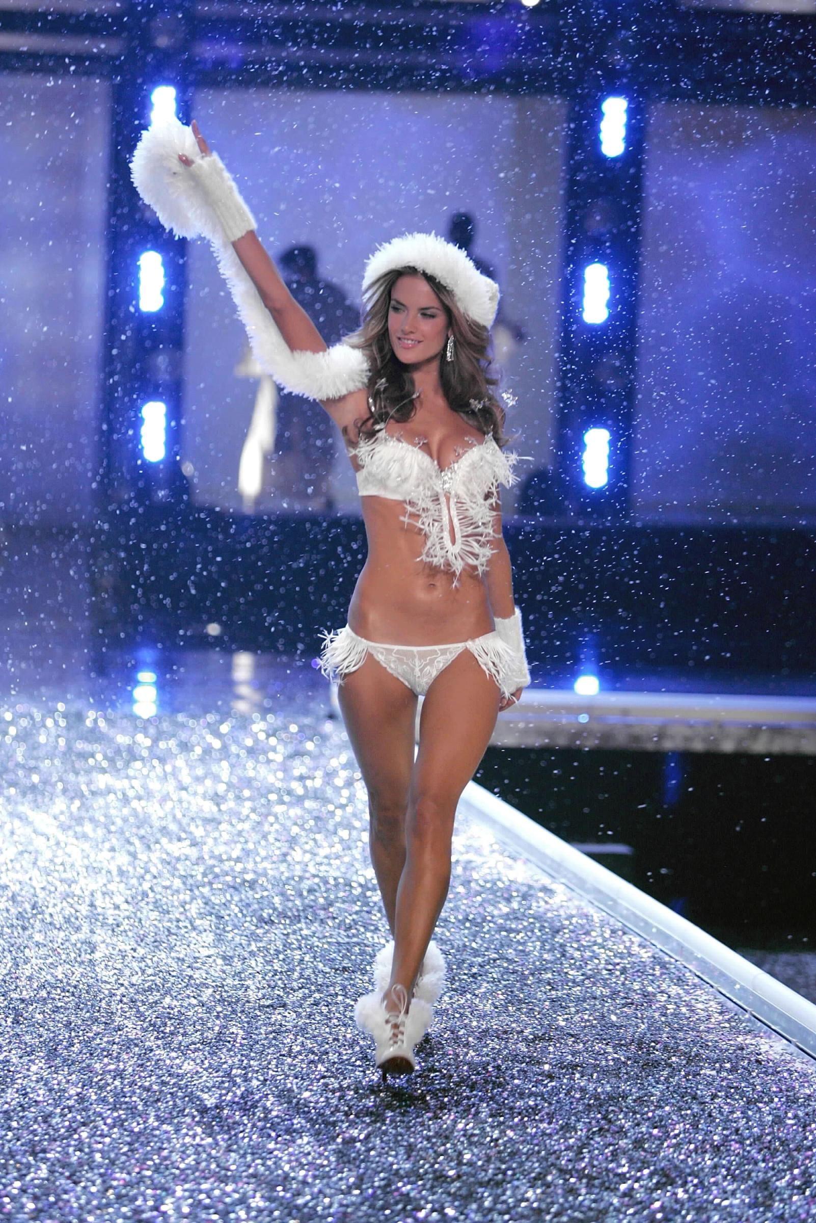 Alessandra Ambrosio -- Victoria\u0027s Secret Fashion Show 2006 ...