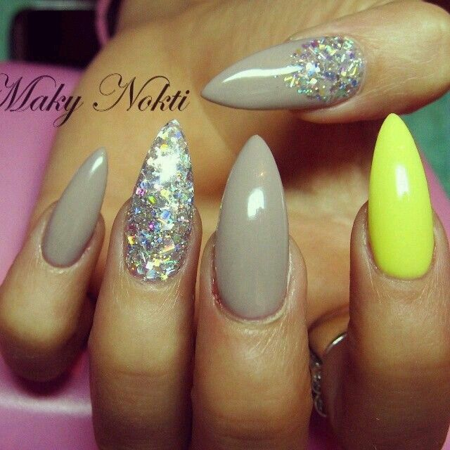 Ongles taupe + paillettes multicolore ✨ + ongle jaune fluo