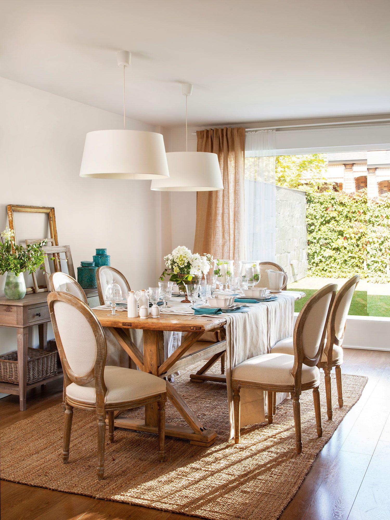 Comedor con sillas cl sicas y mesa de madera alfombra de for Sillas clasicas