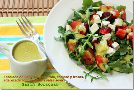 Ensalada de arugula, tofu, tomate y fresas, aderezada con jengibre y salsa soya #SoyparaSoy #spon
