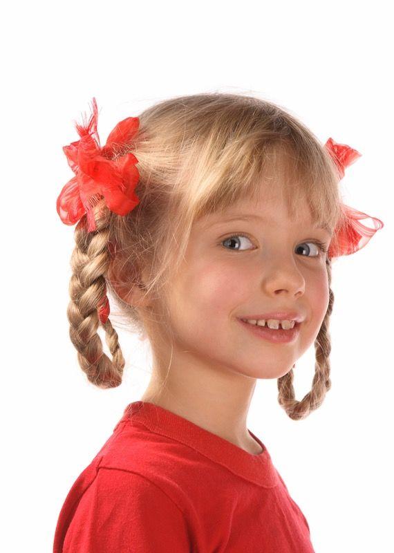 Idée de coiffure pour petite fille : les nattes relevées avec un joli ruban