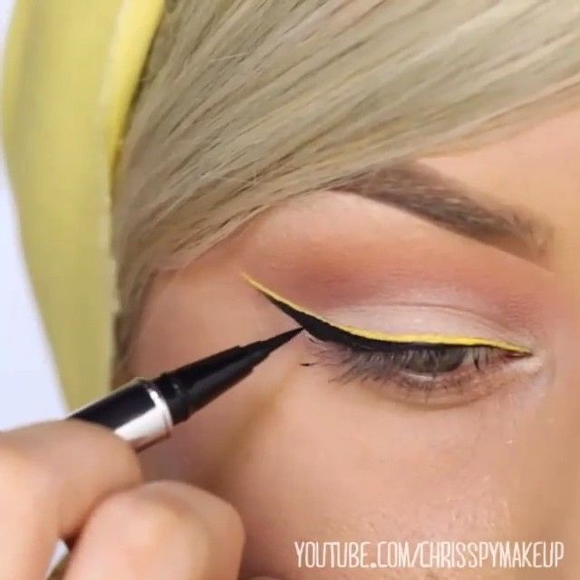 Perfect by @chrisspy ✨  #remakeup #makeupvideo #inspiração #chrisspy #MUA #yellow #eyeliner