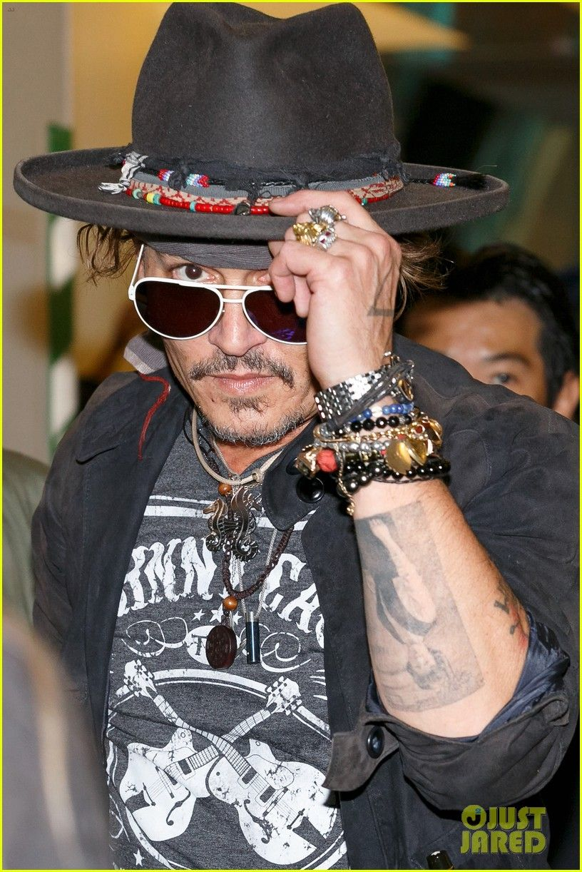 Johnny Depp Poses Epic With Fans In Japan June 19 2017