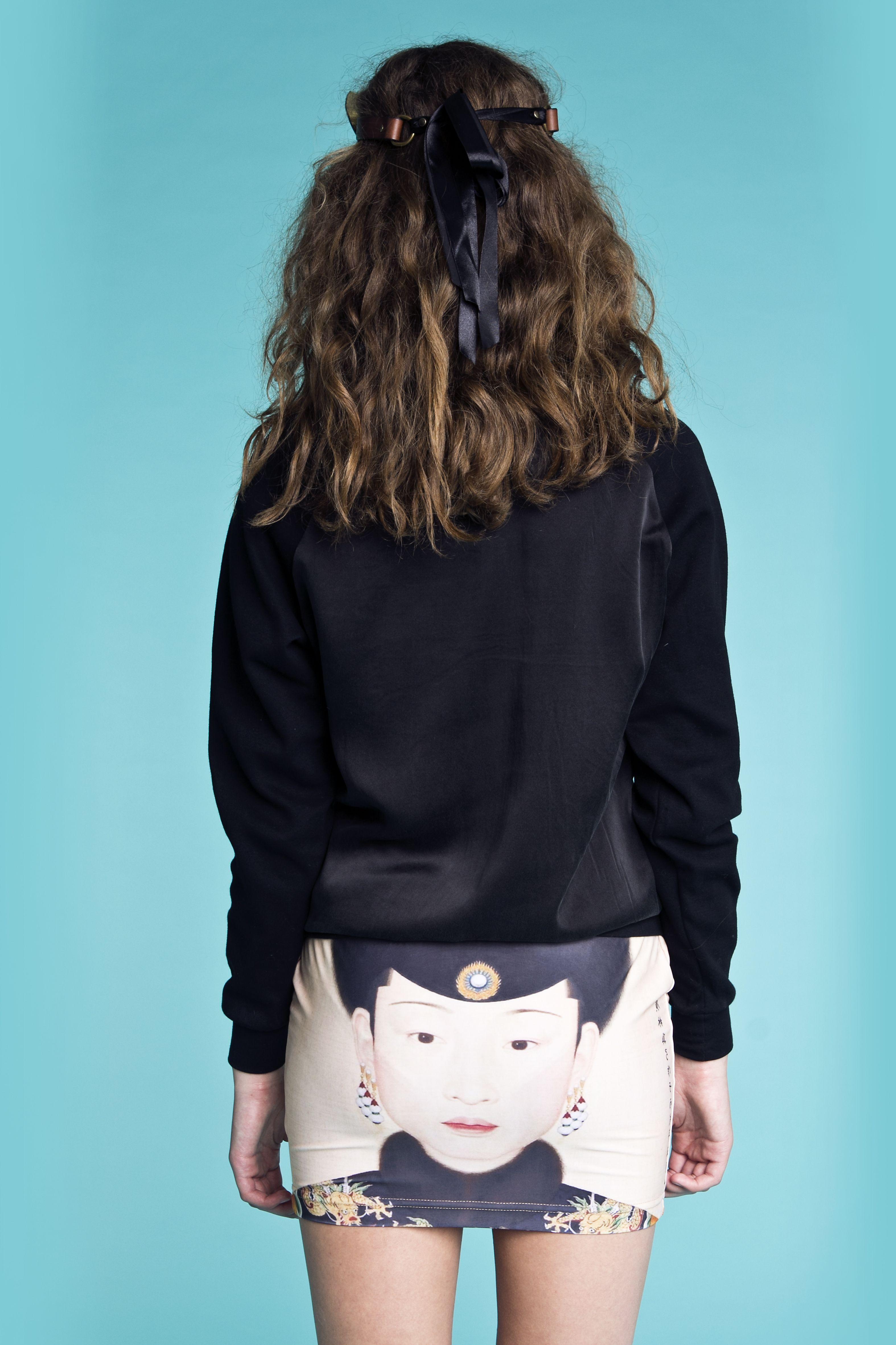Bluse i silke fra danske POPcph. Nederdel med print fra Mr Gugu & Miss GO.  Bluse - Silke Sweatshirt, Pris: 250,-  http://frejafashion.dk/products/sweatshirt-i-silke Nederdel - Chinese Nederdel, Pris: 100,-  http://frejafashion.dk/products/chinese-nederdel