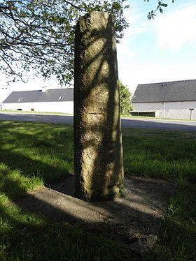 La stèle de Croas ar Peulven, dite aussi borne milliaire de Quillidien. Finistère. Bretagne