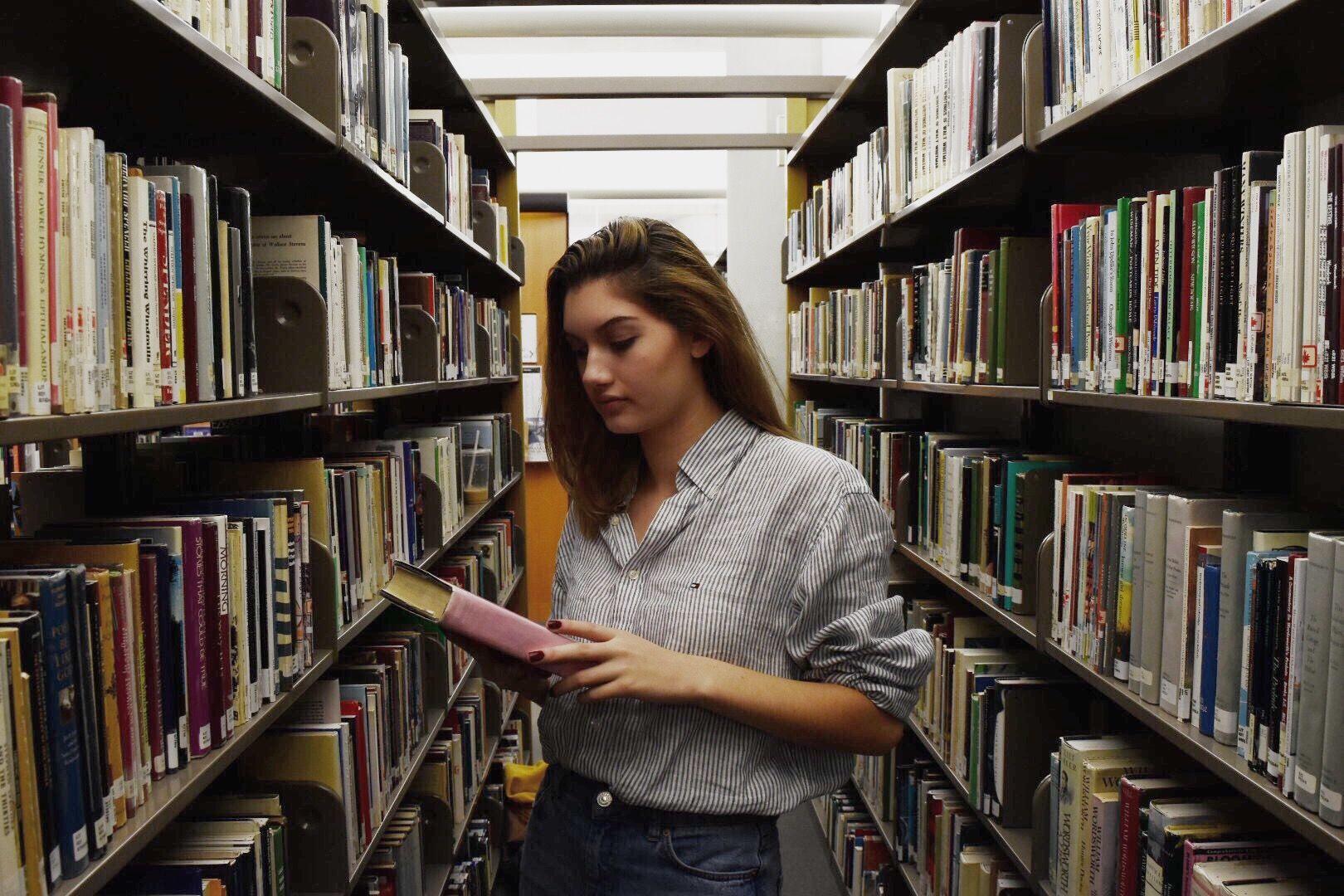 """Αποτέλεσμα εικόνας για girl reading a book in pinterest"""""""
