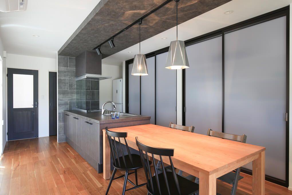 存在感のあるセラミックトップのキッチン キッチン側面の壁には大判