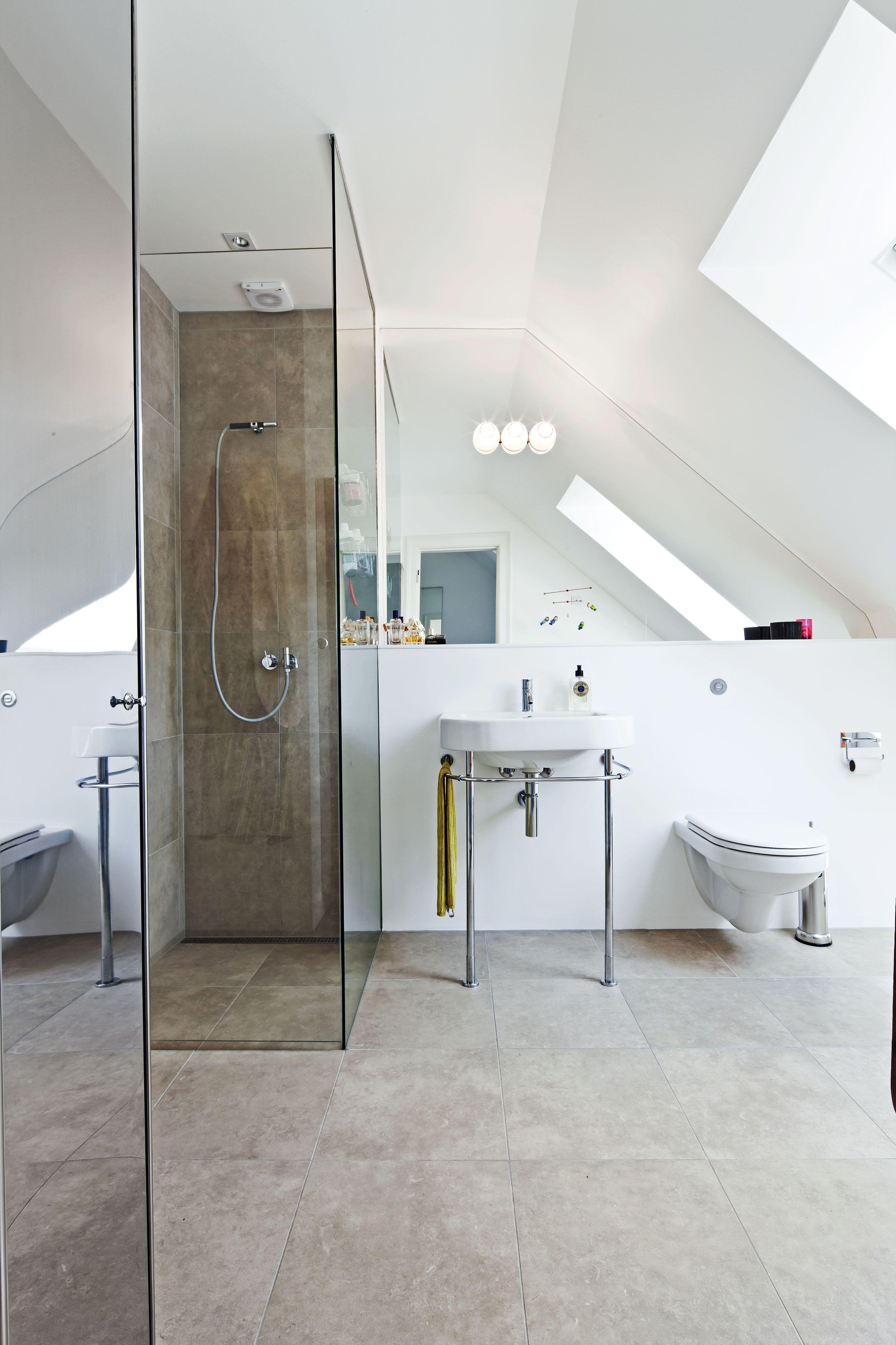 Trikalias væg lampe fra artemide er monteret i selve spejlet. vask ...