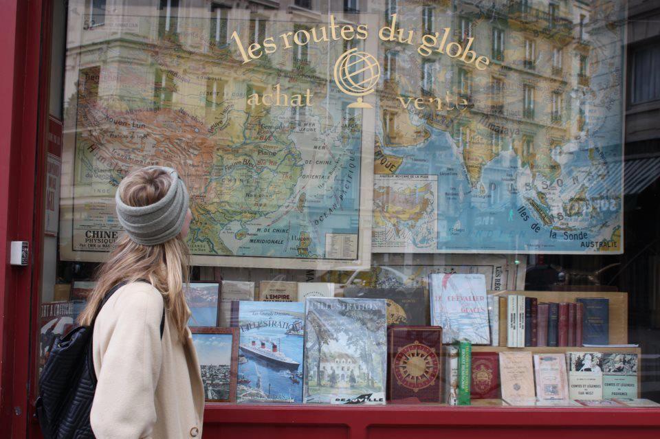 Es precioso este escaparate de la libreria Les Routes du Globe en Paris..venden libros de viajes de los siglos XIX y XX