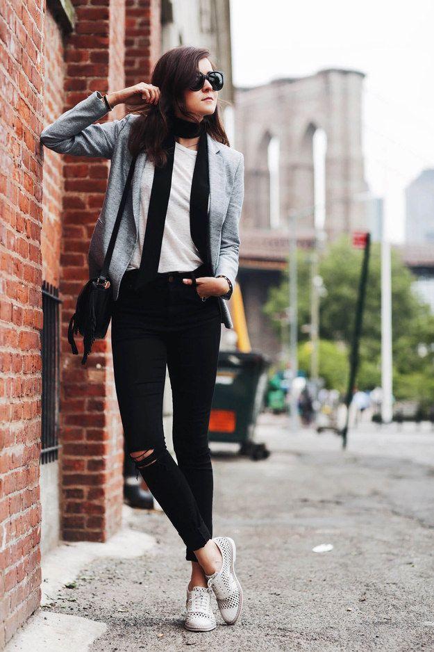 Confía en el poder de una bufanda delgada para darle contraste. | 17 Ideas estilosas para usar una simple playera blanca
