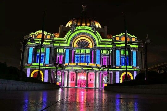 Iluminación psicodélica del Palacio de Bellas Artes